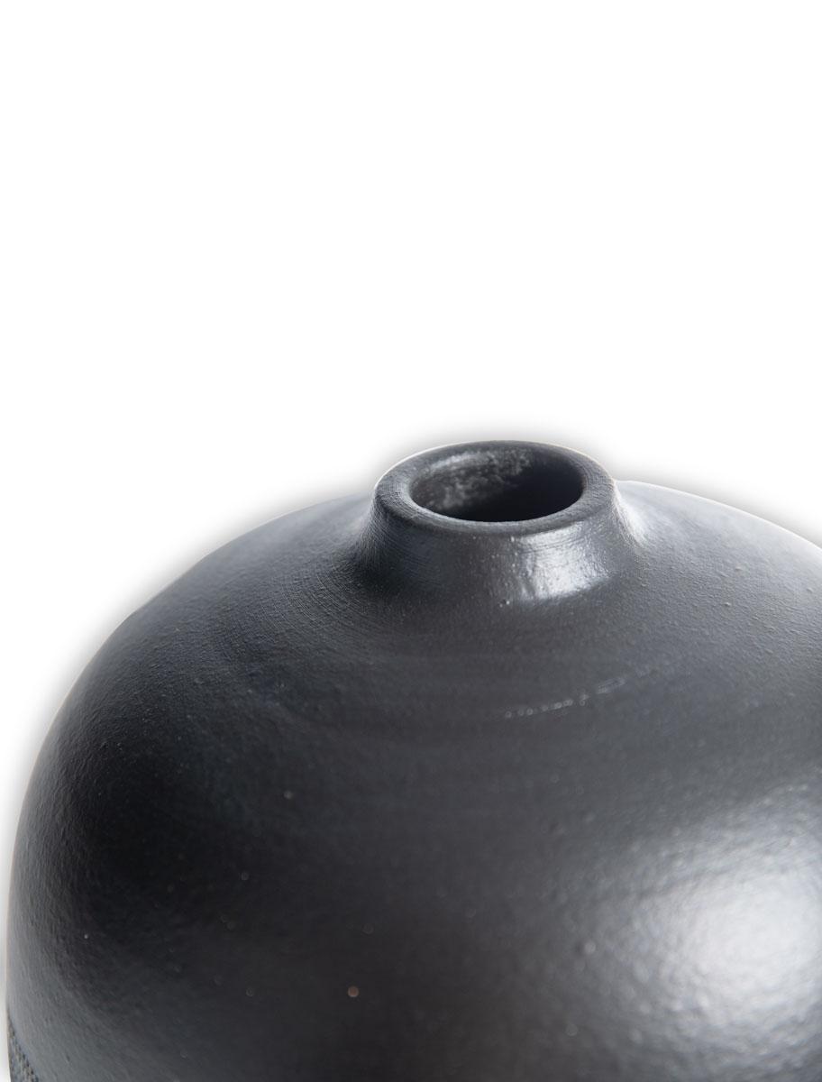Βάζο κεραμικό με λευκές λεπτομέρειες