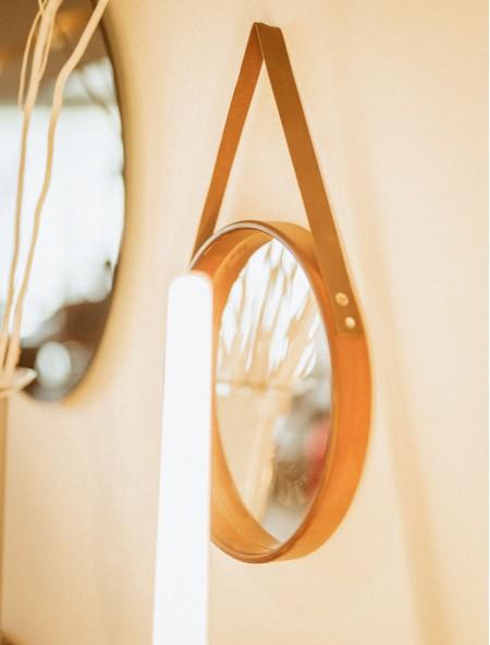 Καθρέφτης τοίχου με δερμάτινη λαβή