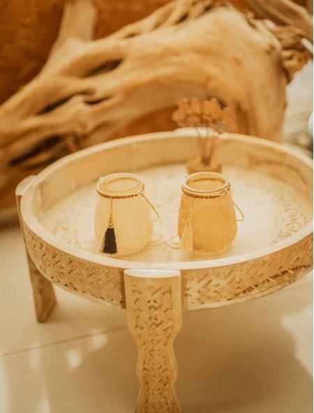Τραπεζάκι ξύλινο με ανάγλυφα σχέδια