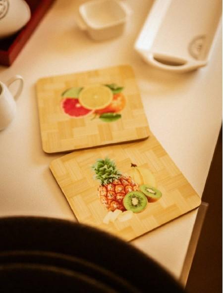 Σουπλά ξύλινο με τύπωμα φρούτα και λαχανικά